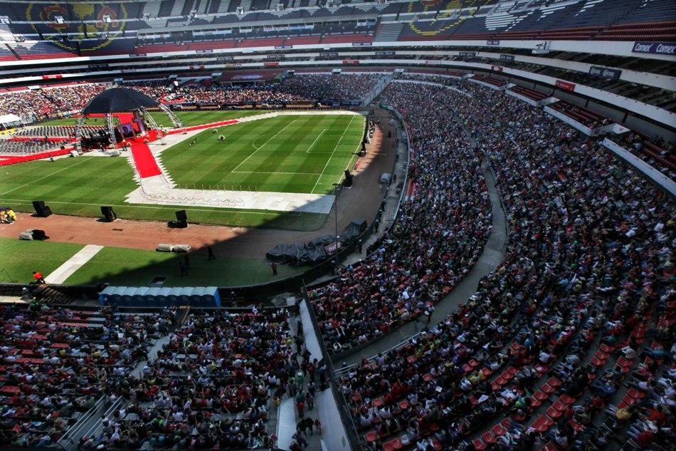 Miles de admiradores aguardan la llegada de los restos del comediante Roberto Gómez Bolaños en el Estadio Azteca de la Ciudad de México, donde se le rendía un homenaje masivo, el domingo 30 de noviembre del 2014.  (AP Foto/Marco Ugarte)