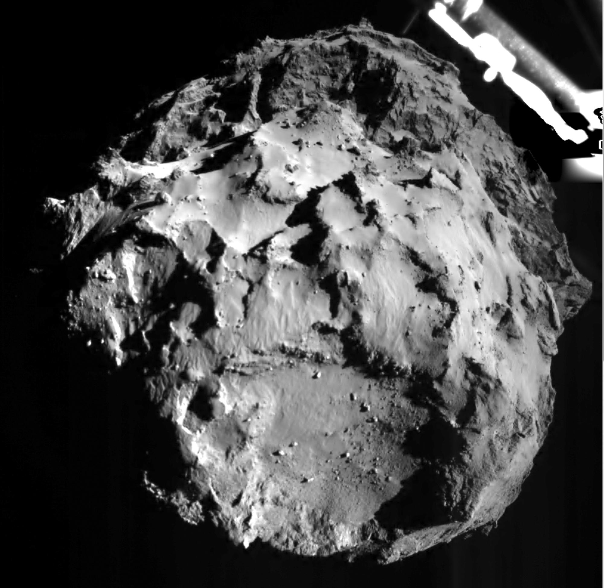 Imagen divulgada por la Agencia Espacial Europea el miércoles 12 de noviembre de 2014 durante el descenso de la sonda Philae que muestra la superficie del cometa 67P/Churyumov-Gerasimenko desde una distancia de 3 kilómetros. (Foto AP/ESA)