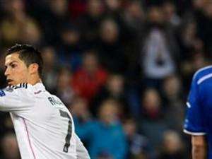 El jugador de Real Madrid, Cristiano Ronaldo, izquierda, festeja un gol contra Basilea por la Liga de Campeones el miércoles, 26 de noviembre de 2014, en Basilea, Suiza. (AP Photo/Keystone, Laurent Gillieron)