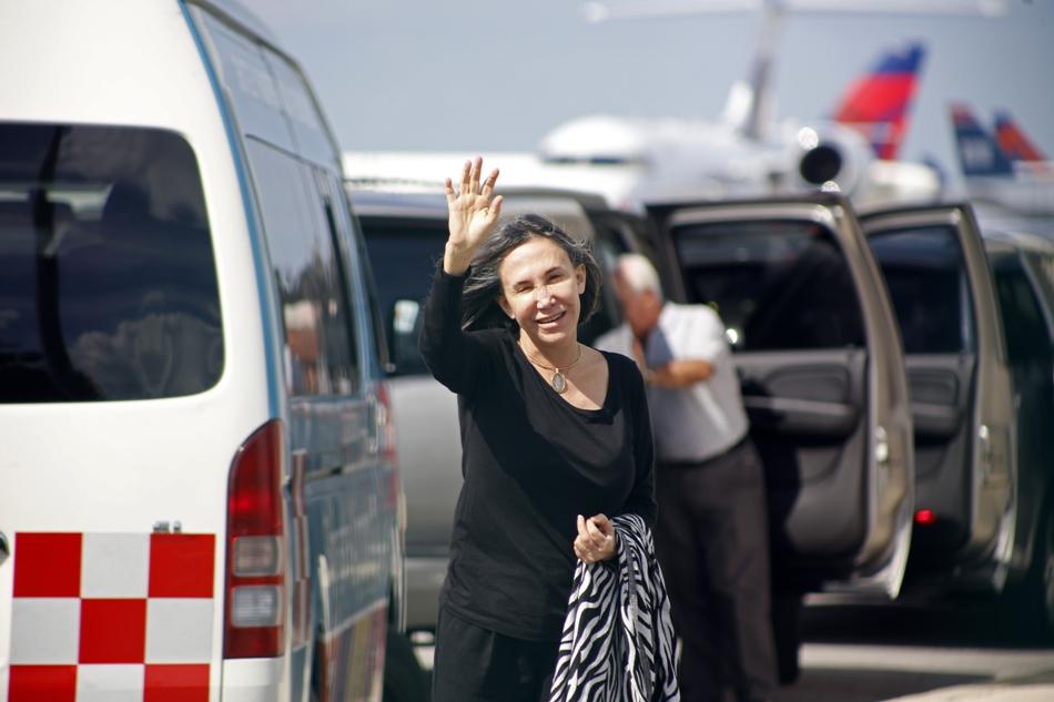 La actriz Florinda Meza, esposa del comediante mexicano Roberto Gómez Bolaños, más conocido como Chespirito, saluda a los periodistas congregados en el aeropuerto internacional en Cancún, México, el sábado 29 de noviembre del 2014.  (AP Foto/Israel Leal)