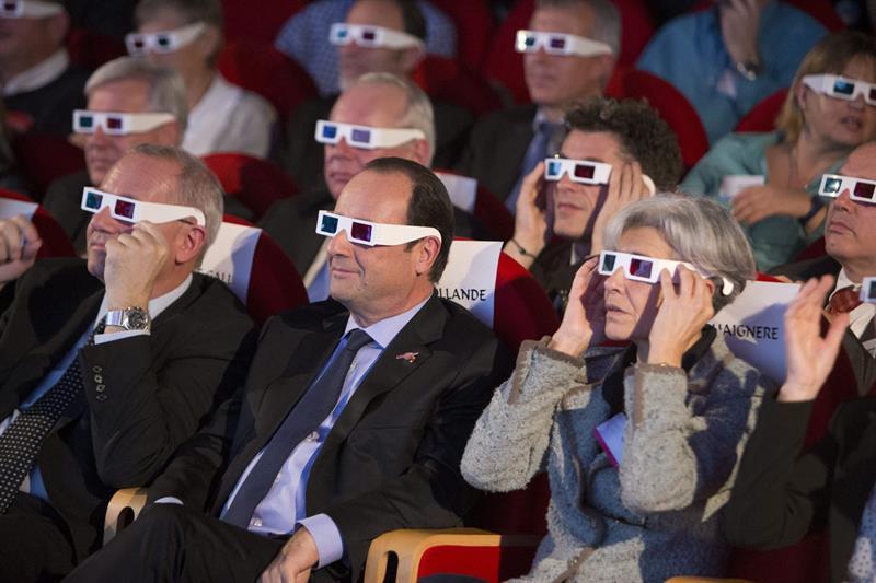 PARÍS (FRANCIA), 12/11/2014.- El presidente francés, François Hollande (c), el presidente del Centro Nacional Francés de Estudios sobre el Espacio (CNES), Jean-Yves Le Gal (i), y la exastronauta y exministra francesa Claudie Haigneré (d) llevan gafas 3D mientras siguen desde la Ciudad de las Ciencias de París, Francia, el aterrizaje del módulo Philae de Agencia Espacial Europea (ESA) sobre la superficie helada del cometa 67/P Churyumov-Gerasimenko. La ESA aterrizó hoy, por primera vez en la historia, sobre la superficie de un cometa para estudiarlo e investigar si estos cuerpos celestes trajeron el agua y la vida a la Tierra. EFE/Jacques Brinon/POOL