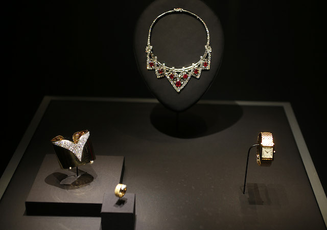 Joyas de la casa Cartier que pertenecieron a la actriz Elizabeth Taylor. (Foto AP/David Zalubowski)