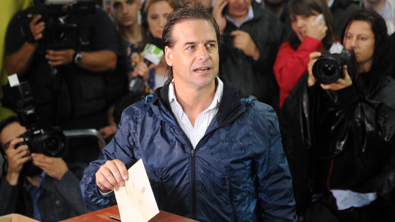 Luis Lacalle Pou, el momento de emitir su voto.