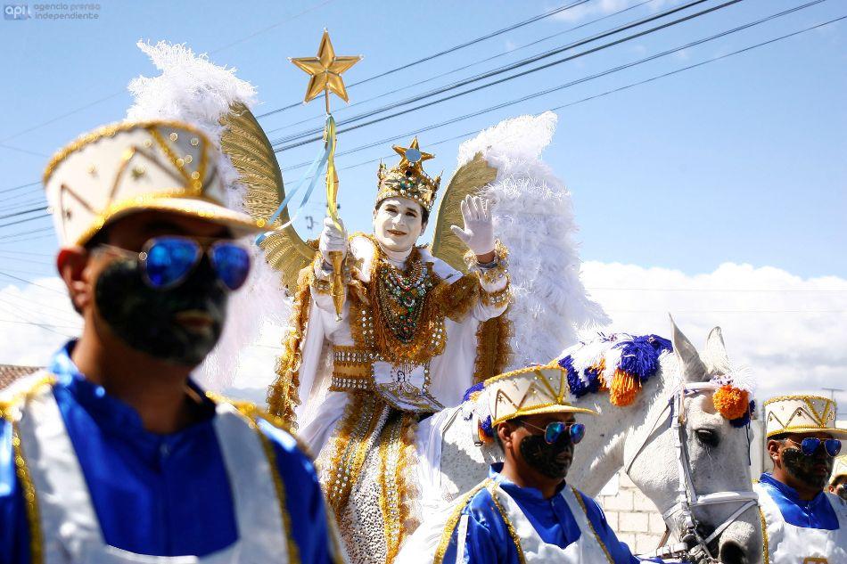 El Ángel de la Estrella, en el desfile de la Mama Negra, en Latacunga, el 8 de noviembre de 2014. API/Carlos Campaña
