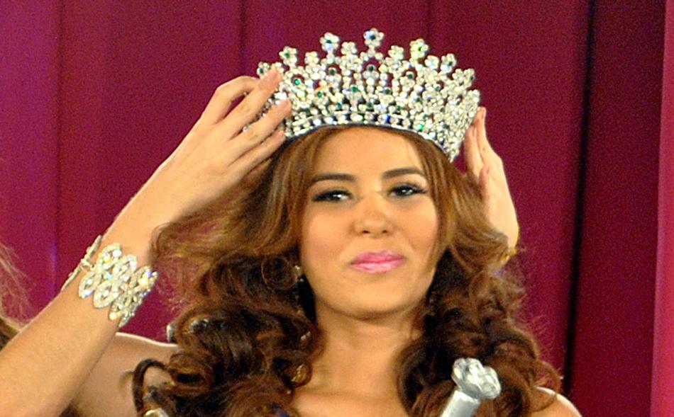 María José Alvarado es coronada Miss Honduras en San Pedro, Sula, Honduras, en una fotografía del 26 de abril de 2014. Alvarado y su hermana Sofía desaparecieron tras ir a una fiesta de cumpleaños en el oeste de Honduras el jueves 13 de noviembre de 2014 y fueron halladas muertas seis días después.  (Foto AP)