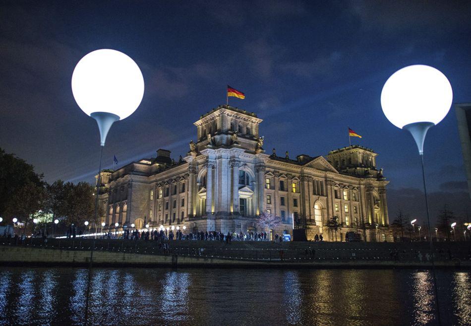 Vista de la instalación de luces que recorren el trazado del antiguo muro de Berlín pasando por el Reichstagen en la capital alemana hoy 7 de noviembre de 2014. Una cadena de cerca de 7.000 globos iluminan desde esta tarde parte del recorrido del muro que dividió durante 28 años la ciudad de Berlín y que cayó hace un cuarto de siglo, dando inicio al proceso de reunificación alemana. EFE/Bernd Von Jutrczenka