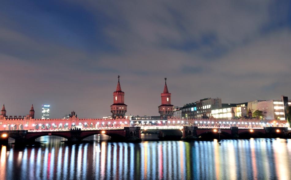 Globos de la instalación artística 'Lichtgrenze 2014' (lit. 'frontera iluminada2014') reflejados en el río Spree en Oberbaumbruecke en Berlin, el 7 de noviembre de 2014. (Foto AP/dpa, Friedrich Bungert)