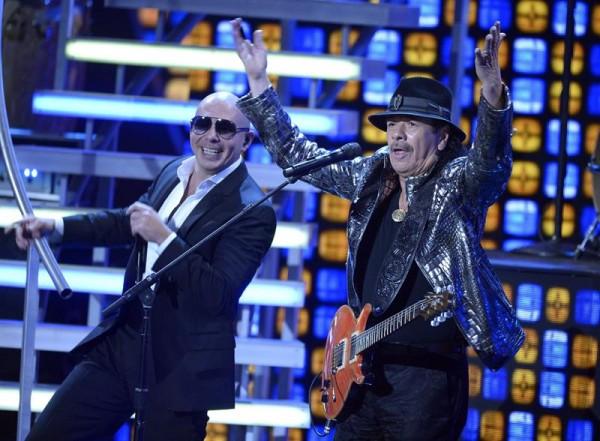 El cantante estadounidense Pitbull (izda) y el mexicano Carlos Santana actúan en la gala de Los Grammy Latino en Las Vegas (Estados Unidos) ayer, jueves 20 de noviembre de 2014. EFE/Paul Buck