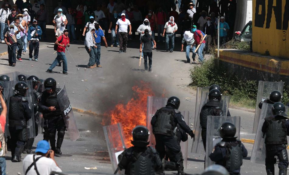 Un grupo de maestros del estado mexicano de Guerrero se enfrenta hoy. martes 11 de noviembre de 2014, con la Policía estatal tras quemar la sede del Partido Revolucionario Institucional (PRI) en Chilpancingo del estado mexicano de Guerrero. EFE/José Luis de la Cruz