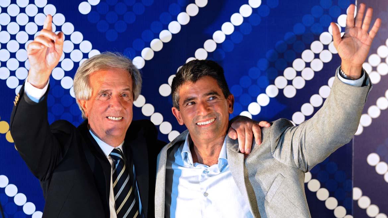 El presidente electo de Uruguay, Tabaré Vásquez, y su binomio Raúl Sendic, la noche del 30 de noviembre de 2014. AP