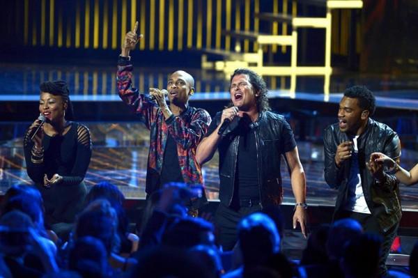 El cantante Carlos Vives (2ºdcha) actúa junto a Goyo (izda), Slow (2ºizda) y Tostao (dcha) de la banda ChocQuibTown. EFE/Paul Buck