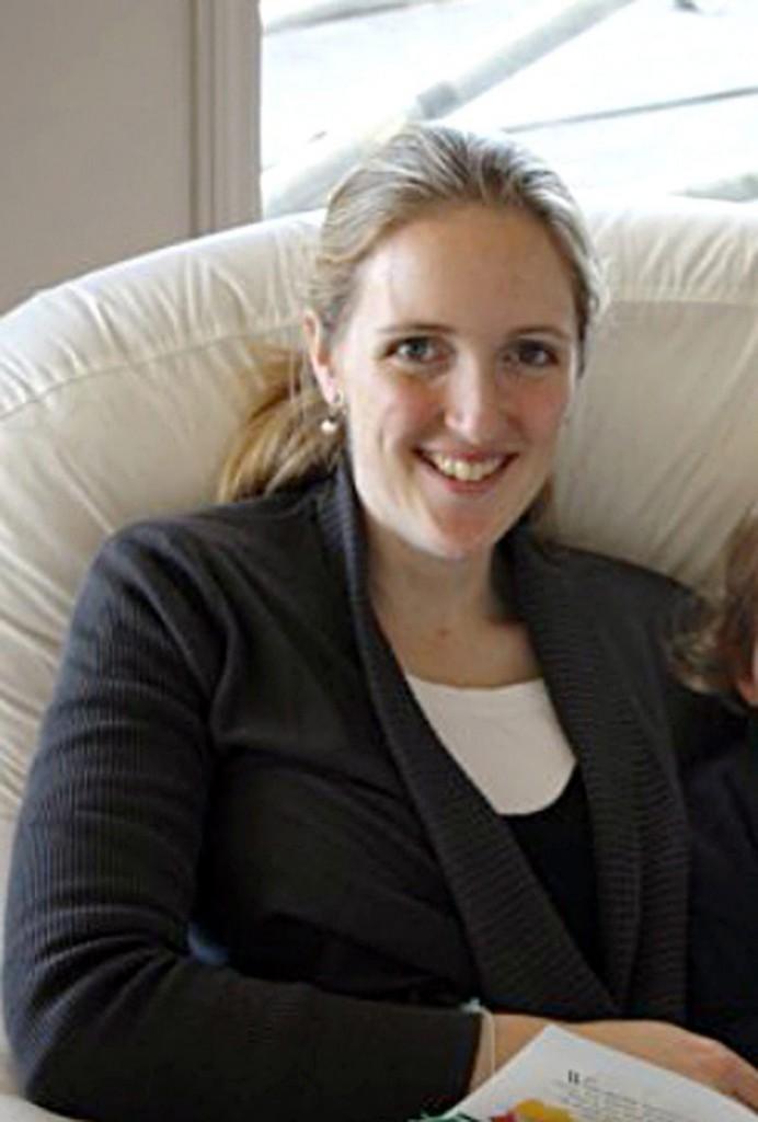 Fotografía de archivo familiar cedida este, 16 de diciembre de 2014, que muestra a Katrina Dawson, de 38 años. Tres personas murieron, el secuestrador y dos rehenes, entre ellas Dawson, y cuatro resultaron heridas cuando la policía australiana intervino hoy para liberar a las personas retenidas durante cerca de 17 horas por un supuesto clérigo musulmán en un café del centro de Sídney. El secuestrador, que llegó a mantener 17 rehenes, era Man Haron Monis o jeque Haron, un autoproclamado clérigo musulmán de origen iraní, perteneciente a la línea dura y con antecedentes por violencia, que ha protagonizado numerosas protestas en Australia contra la intervención militar en Afganistán, según la Policía. Las otras dos víctimas mortales eran Katrina Dawson y un varón de 34, que fueron declarados muertos tras ingresar en un hospital, según señala el informe policial. EFE