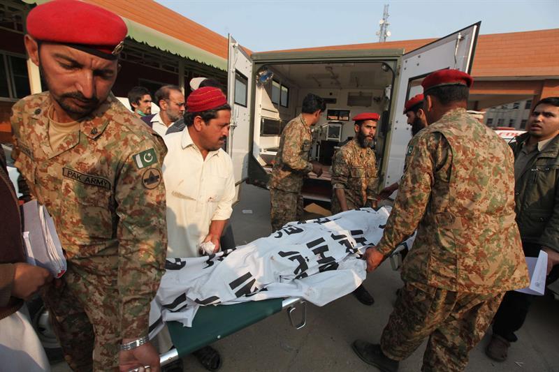 PESHAWAR (PAKISTÁN) 16/12/2014.- Soldados paquistaníes retiran los cadáveres de varias víctimas del ataque talibán contra un colegio gestionado por el Ejército en Peshawar (Pakistán) hoy, martes 16 de diciembre de 2014. Al menos 126 personas, la gran mayoría niños, han muerto y 80 han resultado heridas en el ataque, que aún continúa, informó un portavoz del Gobierno provincial. EFE/Arshad Arbab