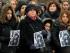 Manifestantes participan en un mitin mostrando fotografías para recordar a la asesinada estudiante Tugce Albayrak, el domingo 30 de noviembre de 2014, en Berlín, Alemania. (Foto AP/dpa,Maurizio Gambarini)