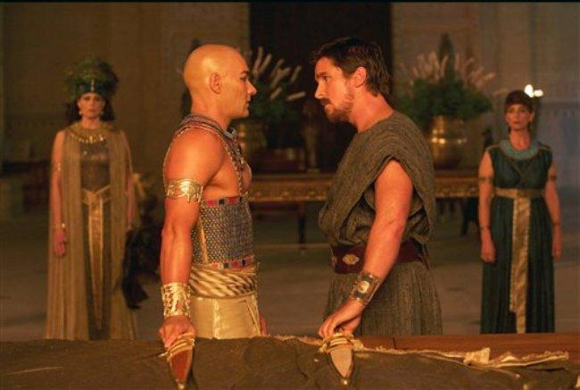 """Joel Edgerton, izquierda, como el faraón Ramsés y Christian Bale como Moisés en la película """"Exodus: Gods and Kings"""". La cinta dirigida por Ridley Scott se estrenará el 12 de diciembre de 2014. (Foto AP/20th Century Fox, Kerry Brown)"""