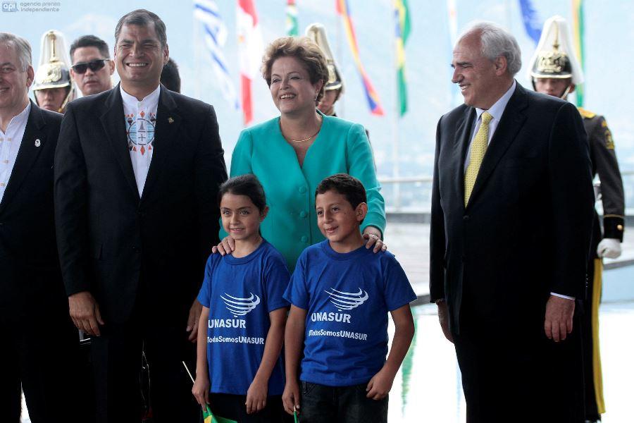 QUITO 05 DE DICIEMBRE DEL 2014. El Presidente Ecuatoriano Rafael Correa da la bienvenida a la Presidenta de Brasil Dilma Rousseff durante la inauguracion de la sede de UNASUR en Quito - Ecuador. FOTOS API/JUAN CEVALLOS