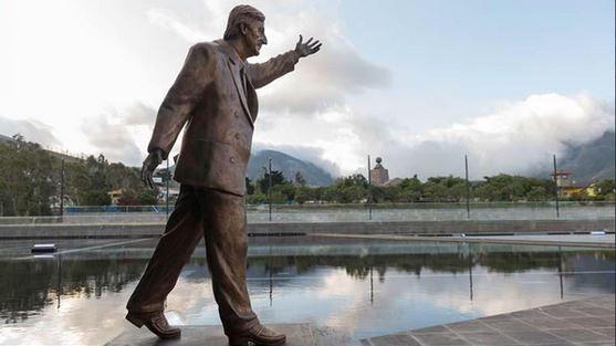 El monumento al expresidente argentino Néstor Kirchner que será inaugurado hoy en la sede de la Unasur en Quito.