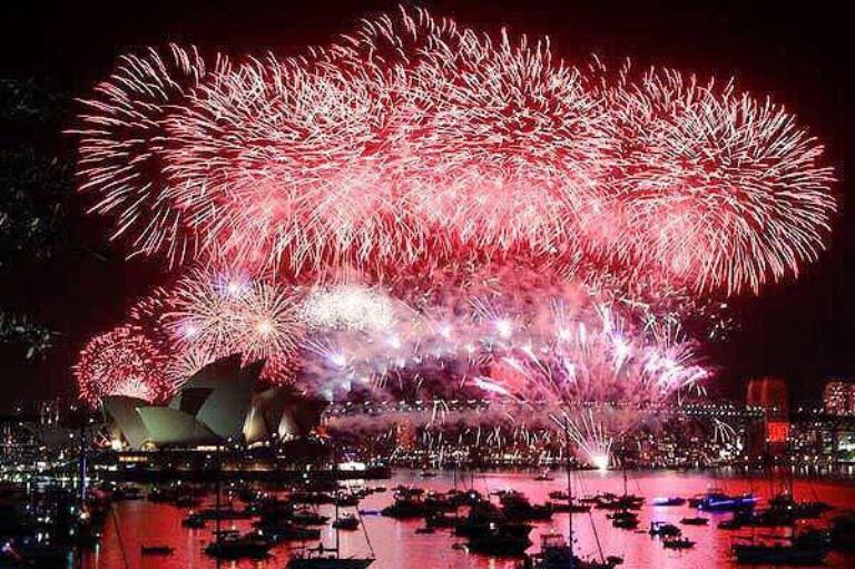 Vista del espectáculo de fuegos artificiales sobre el Teatro de la Ópera y el puente Sydney Harbour Bridge para celebrar la llegada del nuevo año en Sídney (Australia), donde allí ya es 1 de enero de 2015. EFE/Nikki Short