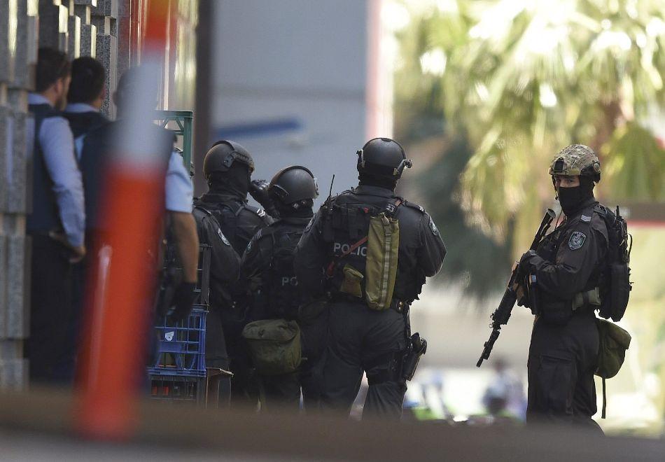 Fuerzas especiales de la policía de Australia rodean una cafetería en el distrito comercial de Sidney, el 14 de didciembre de 2014. EFE/EPA/DAN