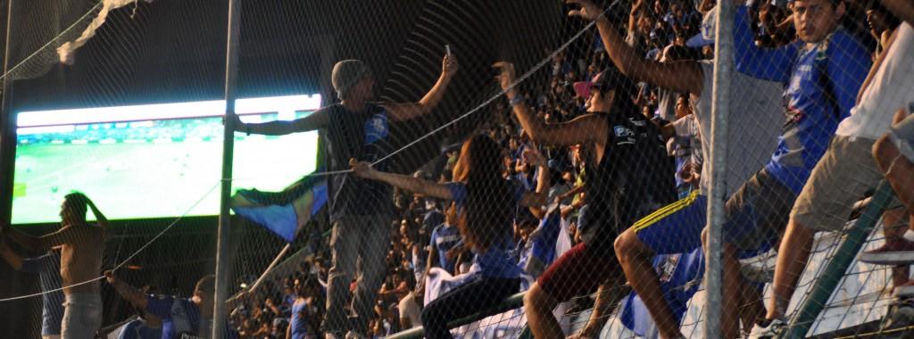 Guayaquil, 17 de Diciembre del 2014. En el estadio Capwell, los hinchas de Emelec miran la primer final en pantallas gigantes. API FOTO / ALEJANDRA LOOR