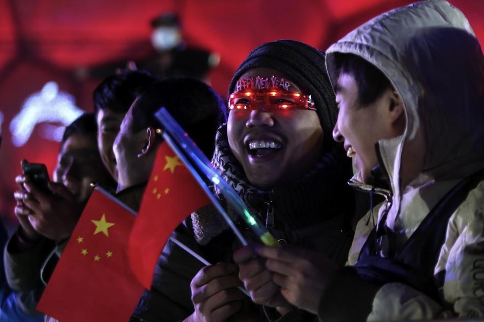 Miles de chinos esperan para celebrar la llegada del Año Nuevo 2015 hoy, miércoles 31 de diciembre de 2014, en el Parque Olímpico en la ciudad de Pekín (China). Asimismo celebran su candidatura para ganar la sede de los Juegos Olímpicos de Invierno 2022. EFE/WU HONG