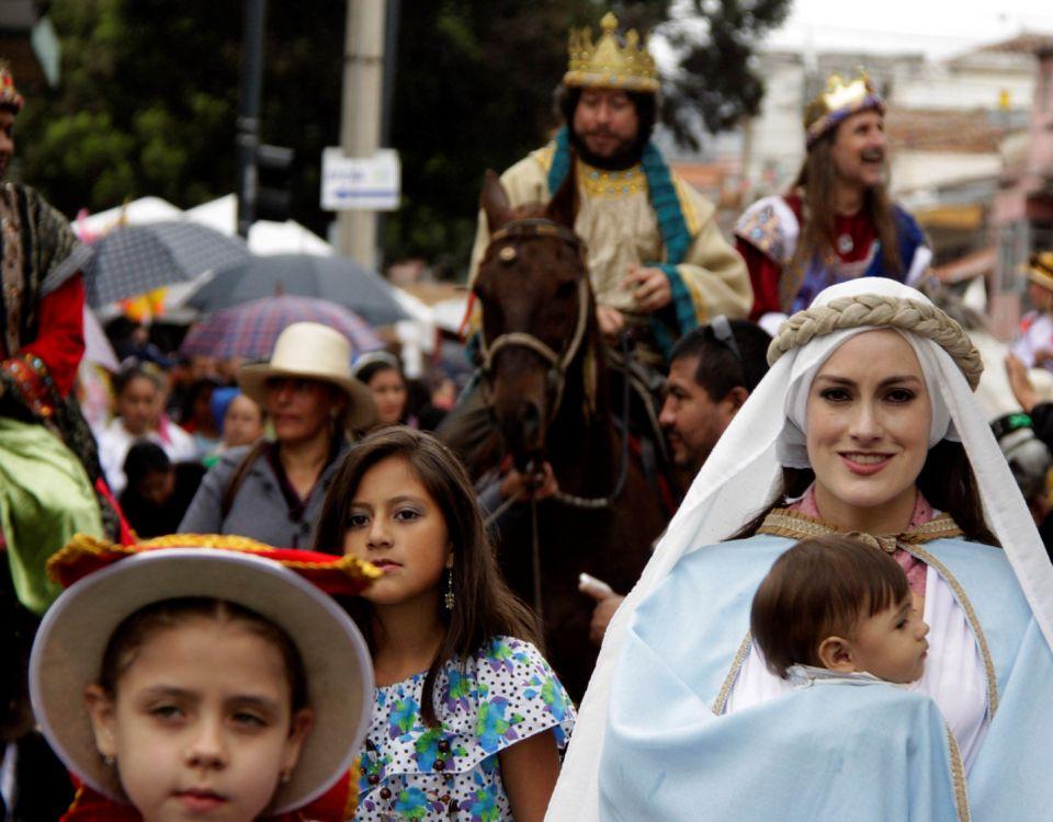 """Cuenca, 24 de diciembre del 2014. En la mañana de hoy, la procesión del """"niño viajero"""" salió desde el santuario del Carmen hasta la iglesia del Corazón de Jesús para dar inicio a la pasada del niño viajero, la más importante tradición local durante la Navidad. API"""