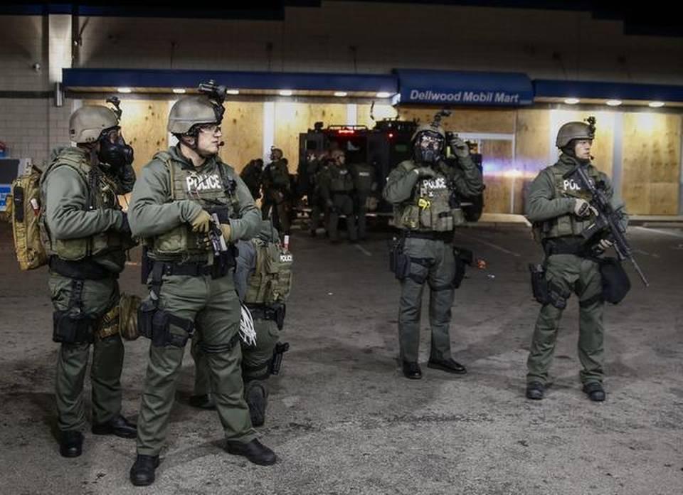 Policías antidisturbios  en Ferguson, Misuri, Estados Unidos, lunes 24 de noviembre de 2014.EFE/Larry W. Smith
