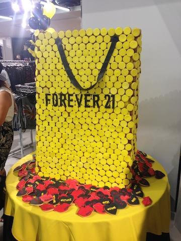 Varios cupcakes forman una bolsa de Forever 21 durante su inauguración. Foto: Gabriela Icaza/LaRepública