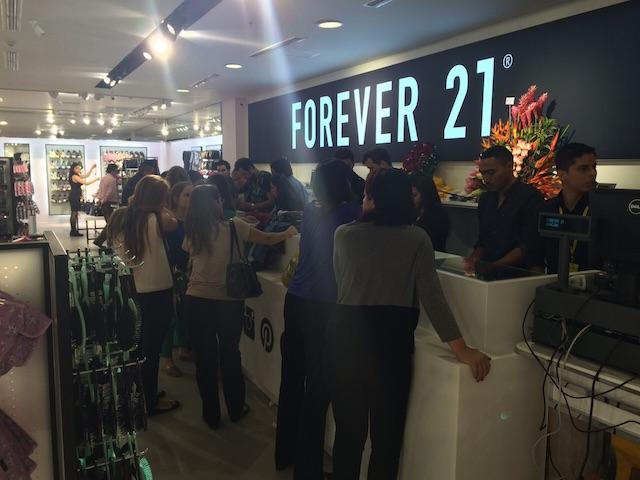 Invitados haciendo fila para pagar en Forever 21. Foto: Gabriela Icaza/LaRepública