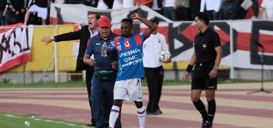 QUITO 07 DE DICIEMBRE DEL 2014. Deportivo Quito vs Liga de Quito. En la foto Quito clebra el gol de Christian Lara. FOTO API / JUAN CEVALLOS.
