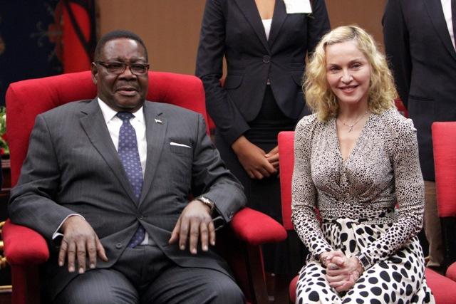 Madonna es recibida por el presidente Peter Mutharika en la Casa de Estado en Lillongwe, Malaui, el viernes 28 de noviembre del 2014. (AP Foto/Tsvangirayi Mukwazhi)