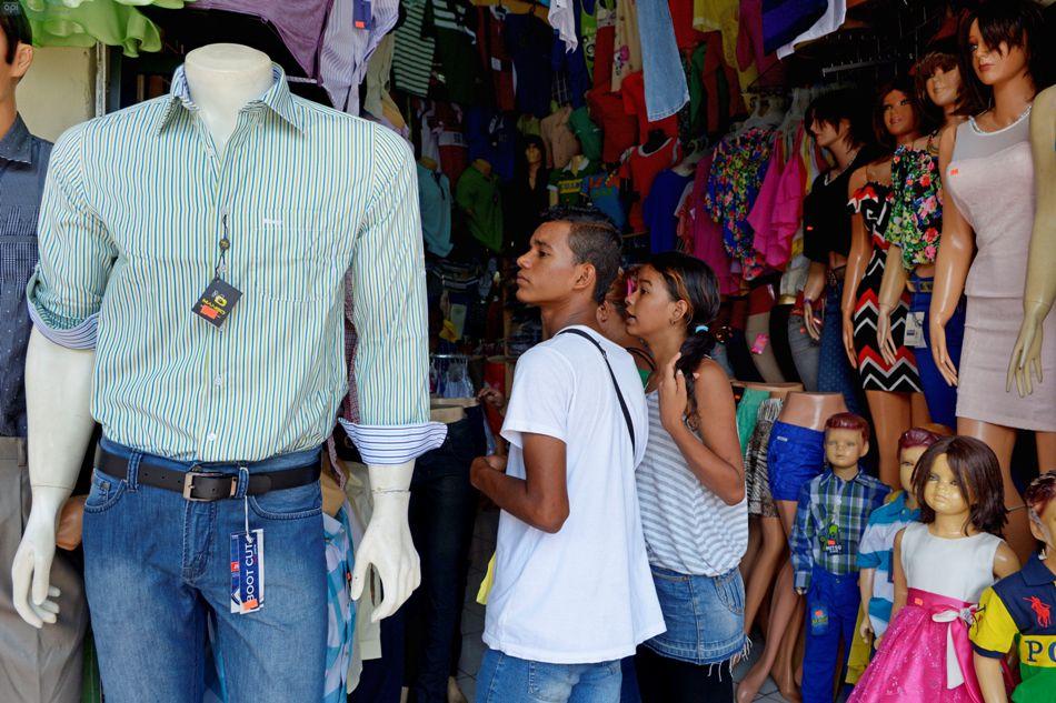 Guayaquileños realizan sus compras de última hora de Navidad en la zona de la Bahía, en pleno centro de la urbe. API/Marcos Pin