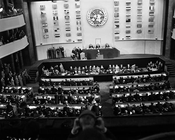 La Declaración Universal de Derechos Humanos fue adoptada por la tercera Asamblea General de las Naciones Unidas, el 10 de diciembre de 1948 en París.