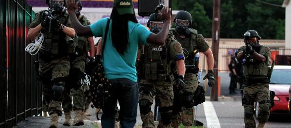 Policías interrogan a un joven en Ferguson durante las marchas por Michael Brown. Foto por: ALEXEY FURMAN EFE