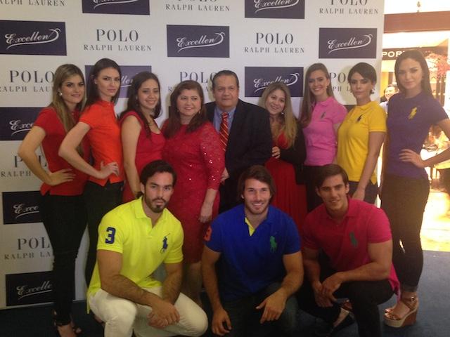 """Los modelos luciendo la tradicional camiseta """"Big Pony"""" junto a María de Ramos y Victor Emilio Ramos. Foto: Gabriela Icaza/LaRepública"""