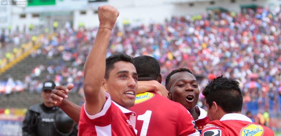 QUITO 07 DE DICIEMBRE DEL 2014. Deportivo Quito vs Liga de Quito. En la foto Liga celebra el gol de Juan Anangono. FOTO API / Javier Cazar.