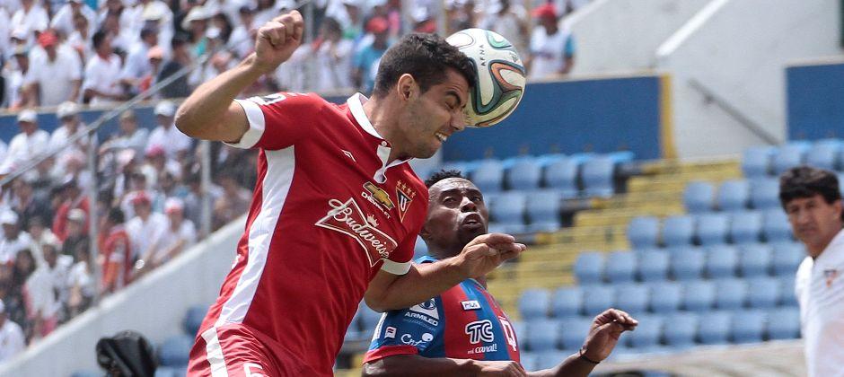 QUITO 07 DE DICIEMBRE DEL 2014. Deportivo Quito vs Liga de Quito. En la foto Christian Lara (Quito) y Gerardo Alcora (Liga). FOTO API / JUAN CEVALLOS.
