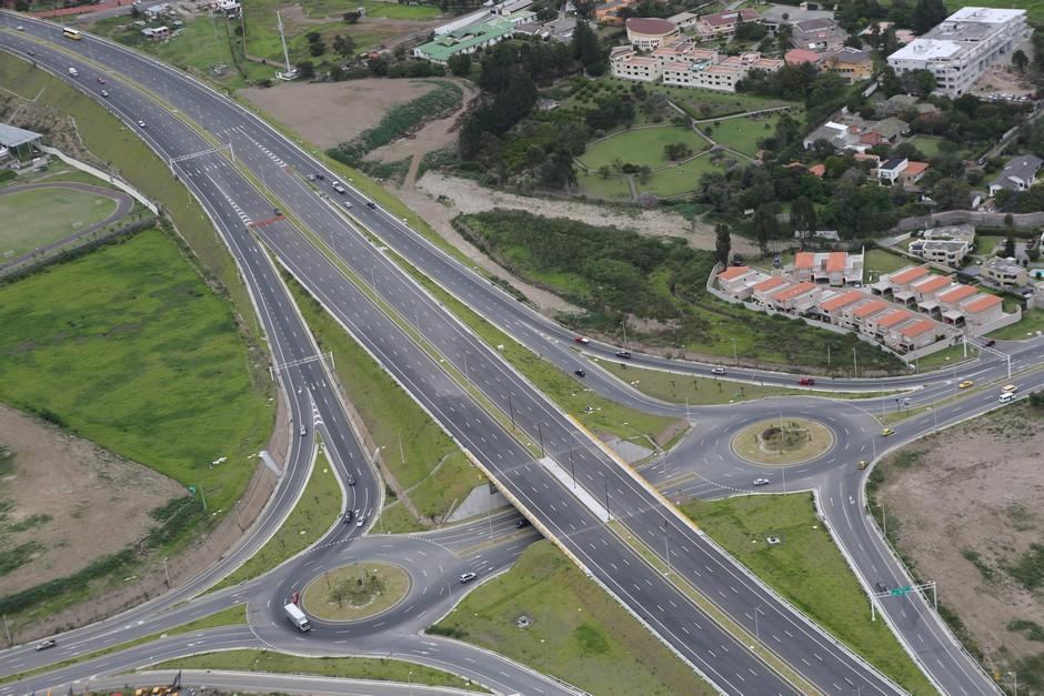 Vista aérea de la Ruta Viva. Foto de la agencia metropolitana de noticias de Quito, publicada el 12 de diciembre de 2014.