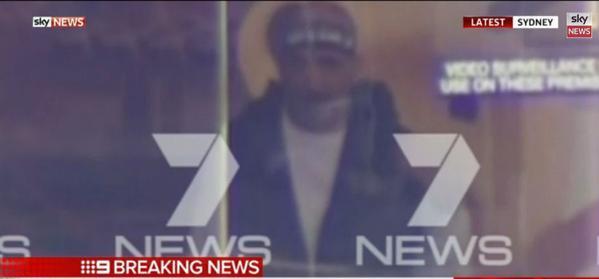 Captura de la televisión del supuesto secuestrador en una cafetería en Sídney, Australia, el 15 de diciembre de 2014.