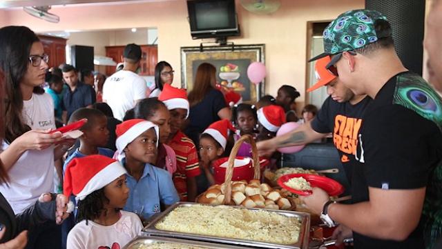 Daddy yankee ofrece almuerzo a ni os pobres de rep blica - Regalos solidarios para ninos ...