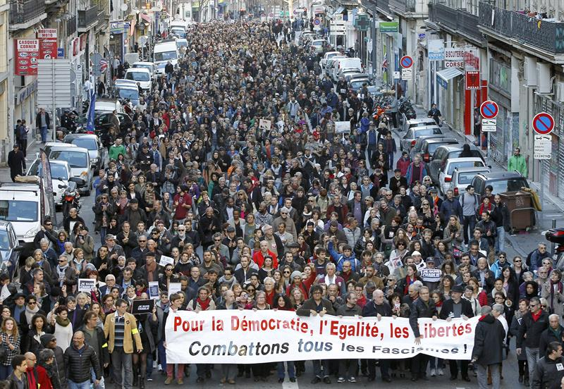 Marseille (France), 10/01/2015.- People take part in a Republican march in memory of the 12 victims in the 07 January massacre at the Paris headquarters of satirical magazine Charlie Hebdo, in Marseille, France, 10 January 2015. (Atentado, Francia, Marsella)
