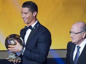 Foto de archivo. El delantero portugués del Real Madrid, Cristiano Ronaldo (izda), posa con su tercer Balón de Oro durante la gala de la FIFA que se celebra hoy en Zúrich, Suiza, el 12 de enero del 2015. EFE/Ennio Leanza.
