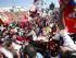 SANTIAGO (CHILE), 24/01/2015.- Asistentes escriben con pétalos de rosa el nombre del poeta y escritor chileno Pedro Lemebel al paso de su desfile fúnebre hoy, sábado 24 de enero de 2015, en la Iglesia Recoleta Franciscana, en Santiago (Chile). Lemebel falleció en la madrugada del viernes tras cuatro años de lucha contra un cáncer de laringe. EFE/Felipe Trueba