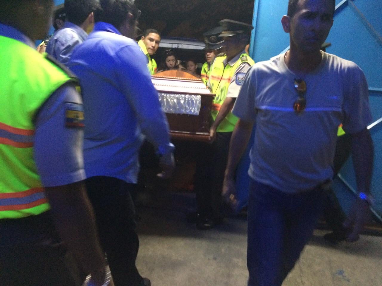 Arribo del ataúd con los restos de Sharon 'La Hechicera' al Coliseo Cerrado, en Guayaquil. (La República EC / Julián Ceballos)