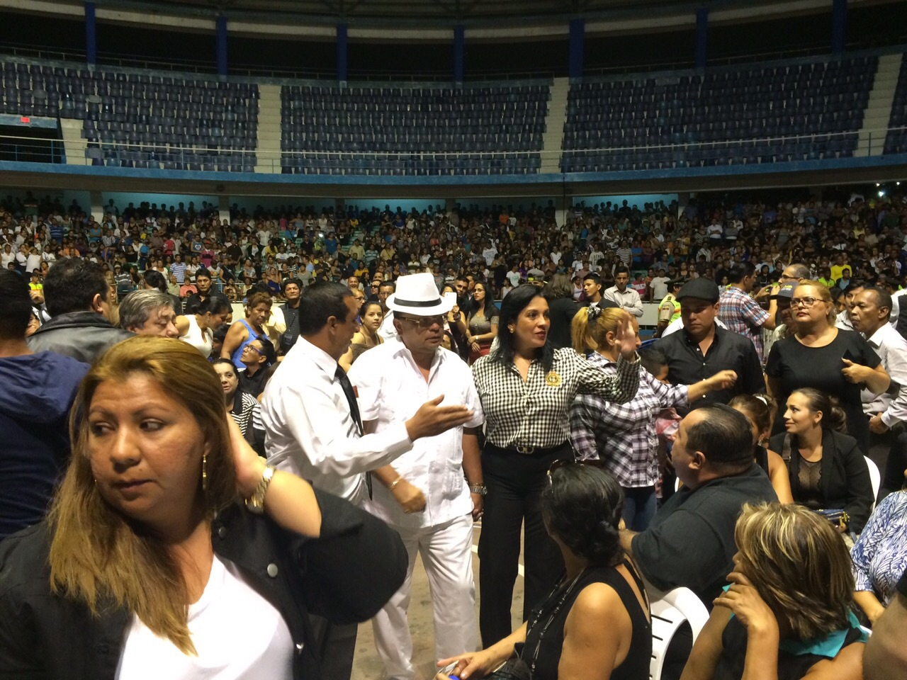 Velación de los restos de Sharon en el Coliseo Cerrado, en Guayaquil. (La República EC / Julián Ceballos)