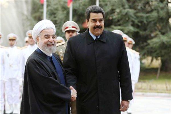 En fotografía divulgada por el cibersitio de la presidencia iraní se ve al mandatario venezolano Nicolás Maduro (derecha) saludar al iraní Hasan Ruhani durante la ceremonia de bienvenida al presidente sudamericano en Teherán, Irán, el sábado 10 de enero de 2015. (Foto AP/Oficina de la Presidencia Iraní, Mohammad Berno)