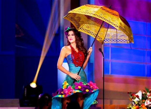 Miss Colombia, Paulina Vega, posa ante los jueces con su traje típico, en un evento preliminar del Miss Universo en Miami, el miércoles 21 de enero del 2015. (AP Foto/J Pat Carter)