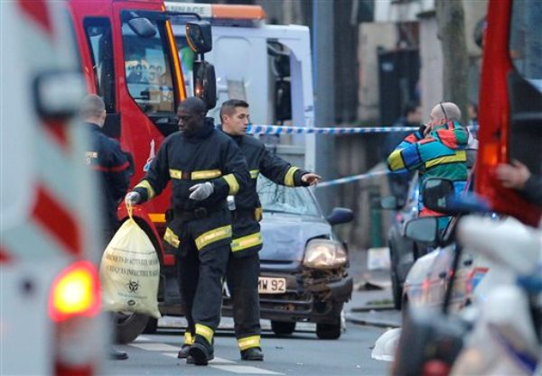 Trabajadores de rescate sacan artículos tras un tiroteo en Montrouge, en las afueras de París, el jueves 8 de enero del 2015. Dos personas fueron heridas de bala en el extremo sur de París, incluido un policía, lo que ha hecho aumentar las tensiones un día después que hombres encapuchados atacaron un semanario satírico en París, con un saldo de 12 muertos. (Foto AP/Christophe Ena)