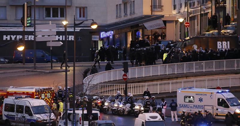 . PARÍS (FRANCIA), 09/01/2015.- Efectivos del cuerpo de élite BRI asalta un supermercado judío en el este de París, Francia, el 9 de enero del 2015, después de que un hombre armado tomara rehenes. El presunto autor del secuestro, Amedy Coulibali, murió en el asalto realizado por las fuerzas de seguridad francesas. EFE/Ian Langsdon