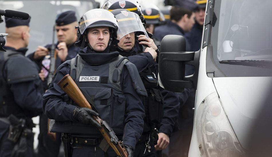 PARIS (FRANCIA) 09/01/2015.- La policía monta un perímetro de seguridad cerca de Porte de Vincennes, en el este de París (Francia), después de que un hombre armado tomara rehenes en un supermercado hoy, viernes 9 de enero de 2015. El presunto autor del asesinato ayer de una agente de Policía Municipal francesa ha tomado como rehenes al menos a cinco personas en un supermercado en la Puerta de Vincennes, tras protagonizar un tiroteo con la Policía. EFE/Ian Langsdon